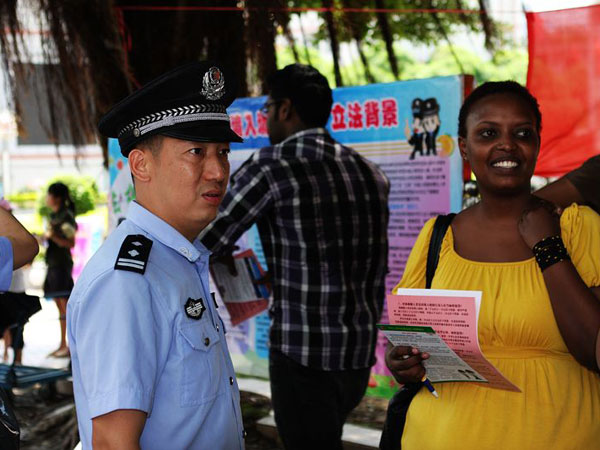 chinese police helping tourists out