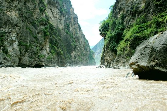 Hiking along Tiger Leaping Gorge in Yunnan