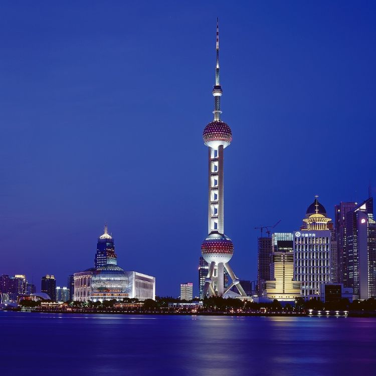 Appreciating the night view of Shanghai Bund