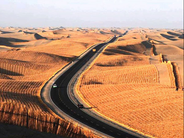 Top 10 Most Beautiful Highways in China - The Tarim Desert Highway