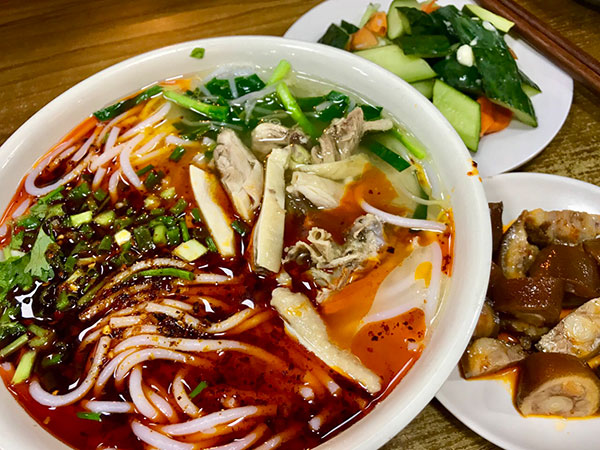 popular food in Yunnan-Bridge Crossing Noodle