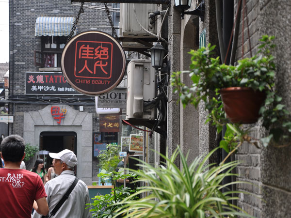 Strolling in Shanghai Lanes to Experience the Local Life