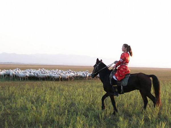 ride on Xinjiang grandgrass